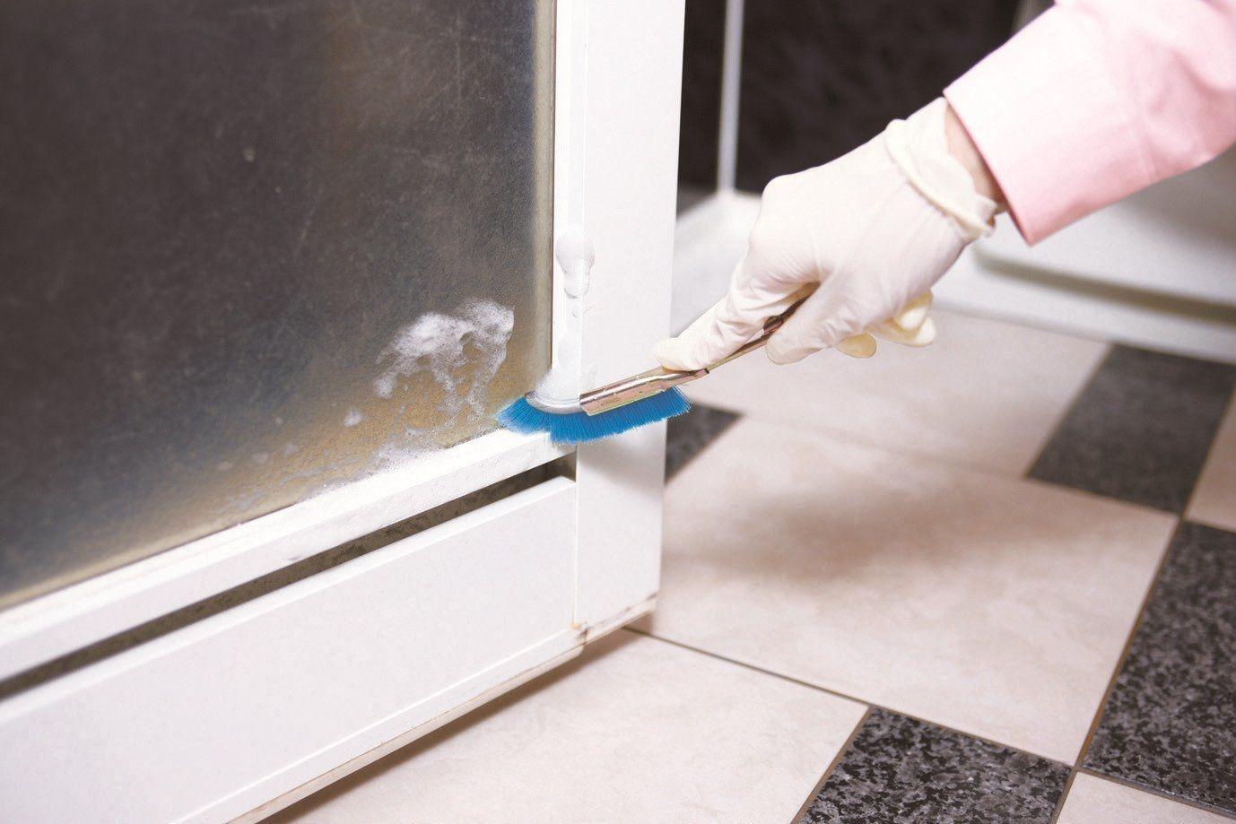 扉下部はカビや石けんカスのつきやすい所、 頑固な汚れもスッキリ除去