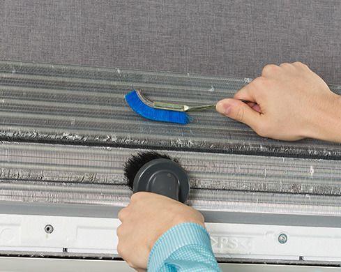 エアコンにたまったホコリを、バキュームを使用し除去します